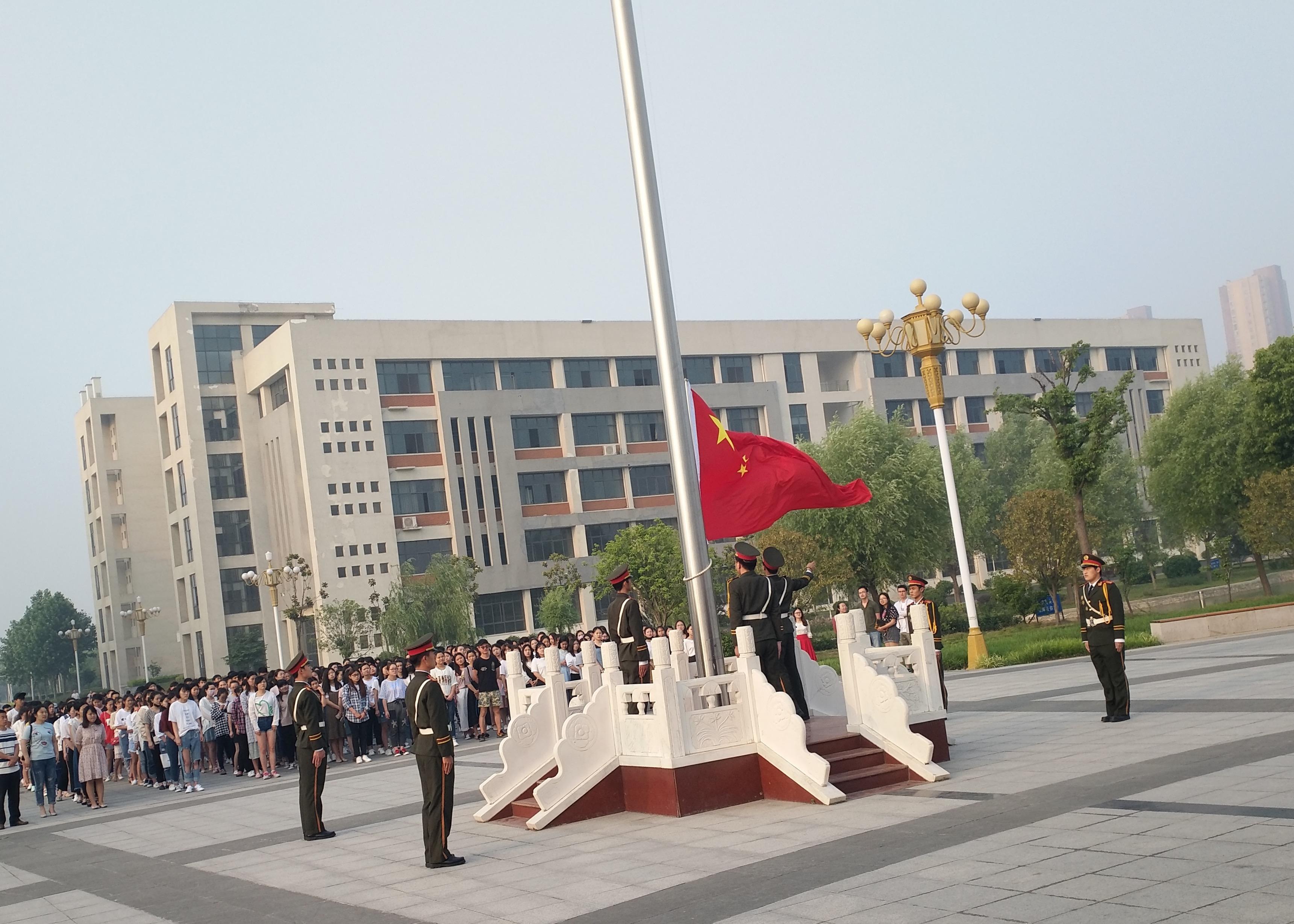 随后,2015级三年制美术教育1班吴彤彤作为学生代表,发表国旗下讲话图片